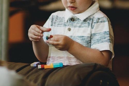 zabawa w żłobku -dziecko z lego